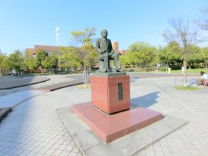 若里公園内にある像