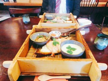 【弥生座・門前茶寮(やよいざ・もんぜんちゃりょう)】地元の野菜を使った、美味しいせいろ蒸しが食べられるお店。