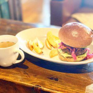 【ゲストハウスLAMP(ランプカフェ)】野尻湖近くの隠れカフェ。ボリューミーなハンバーガーは最高!!